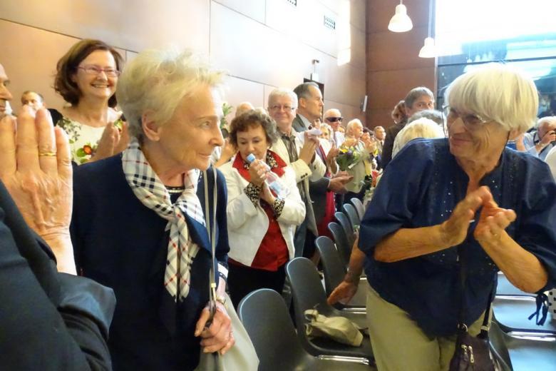 Zdjęcie: oklaskiwana kobieta wchodzi na salę