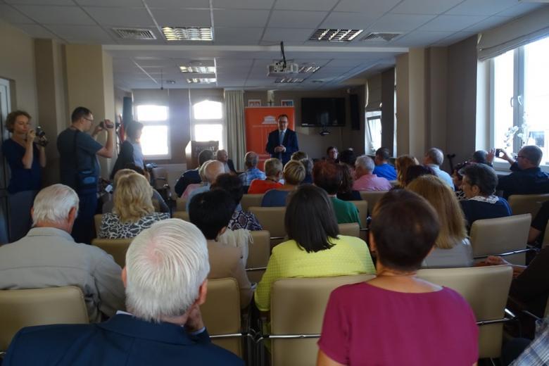 Zdjęcie: sala pełna ludzi siedzących na krzesłach
