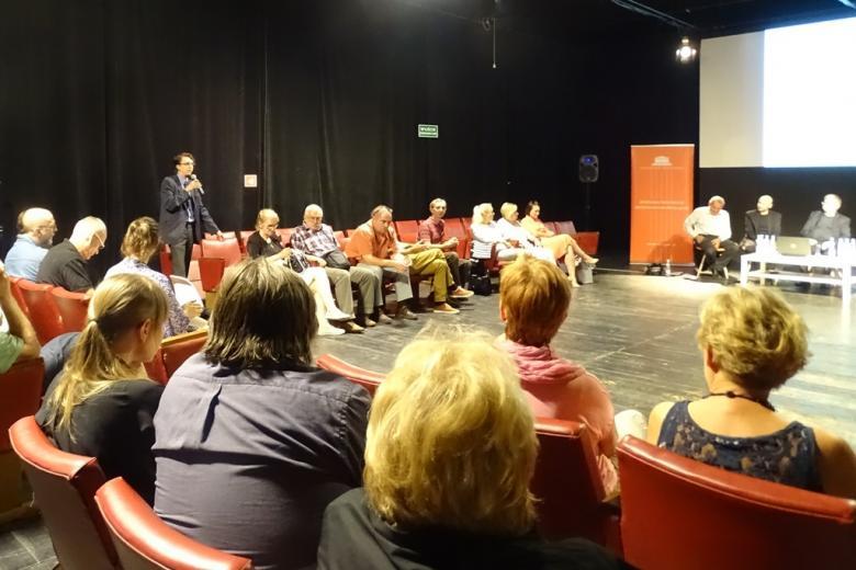 Zdjęcie: debata panelowa. Mężczyzna z publiczności zadaje pytania