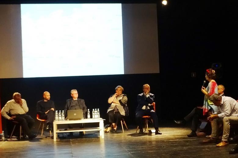 Zdjęcie: debata panelowa. Kobieta z publiczności zadaje pytania