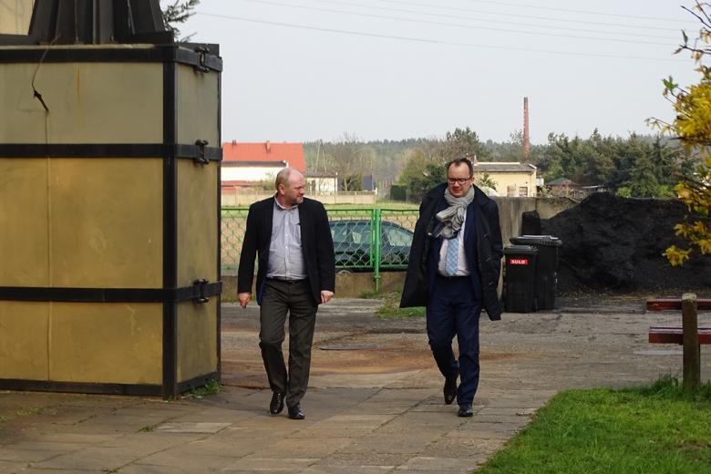 Dwaj mężczyźni idą