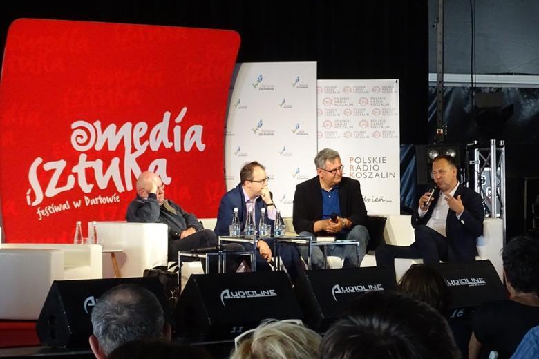 Zdjęcie: czterej mężczyźni w panelu