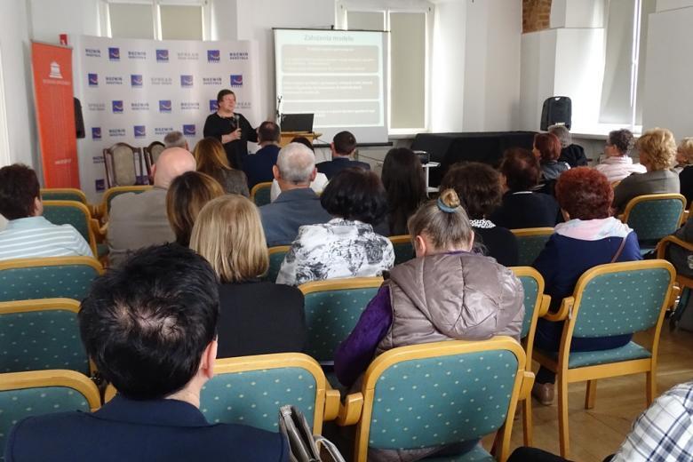 Kobieta przedstawia prezentację na ekranie