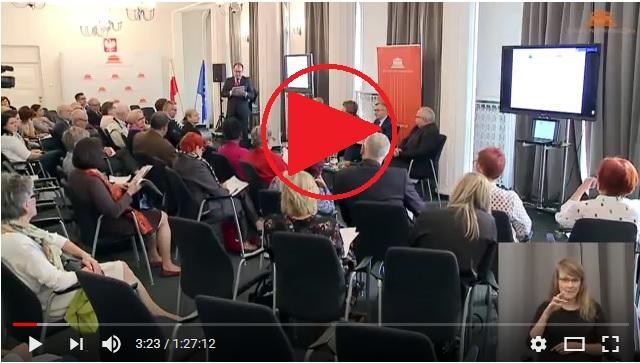 zdjęcie: kilkanaście osób siebi na sali