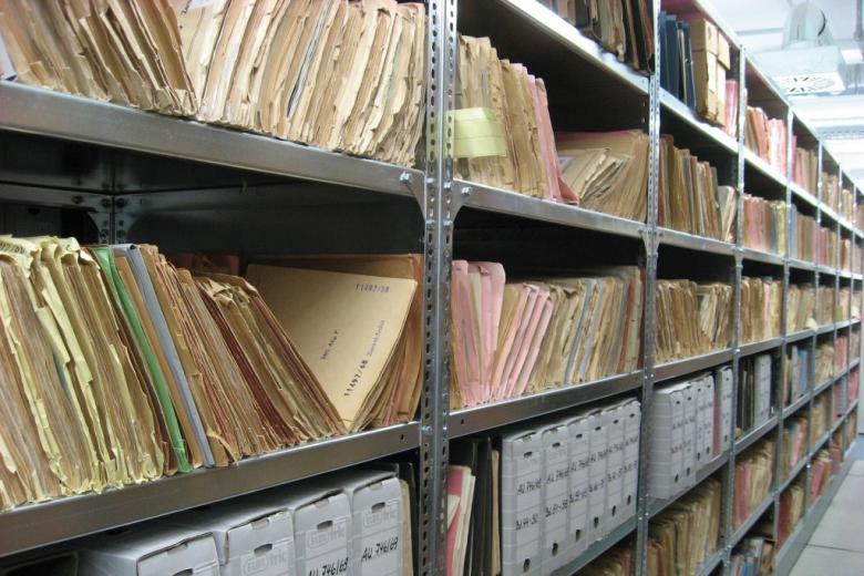 Półki archiwum z dokumentami