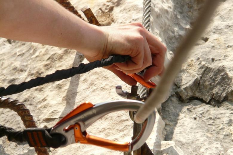 Zabezpieczenia alpinistyczne: haki i liny