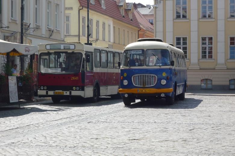 Dwa autobusy: miejski i dalekobieżny
