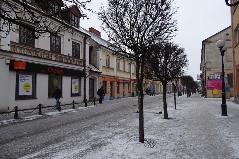 Ulica w małym mieście zimą