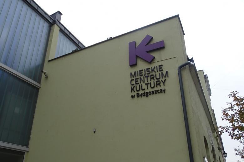 Zdjęcie: budynek z kolorowym napisem Miejskie Centrum Kultury
