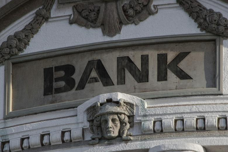 """Budynek z napisem """"bank"""""""