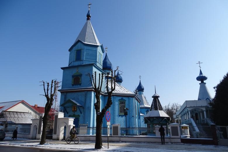 Niebieska cerkiew na tle niebieskiego nieba
