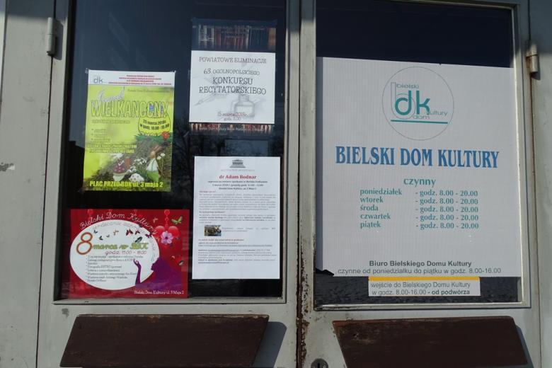Dzwi wejsciowe z plakatami o imprezach, w tym o spotkaniu z RPO