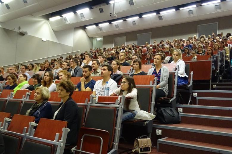 Młodzi ludzie na sali amfiteatralnej