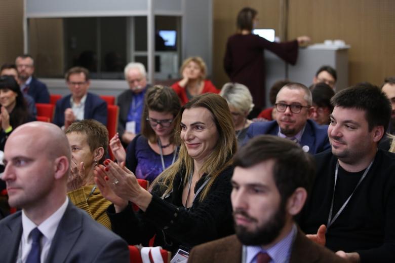 Ludzie na sali klaszczą