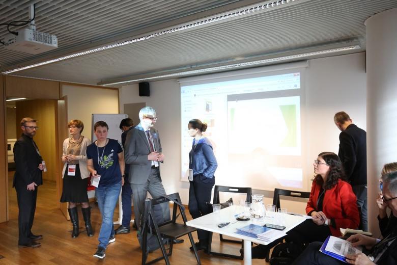 Uczestnicy panelu zajmują miejsce