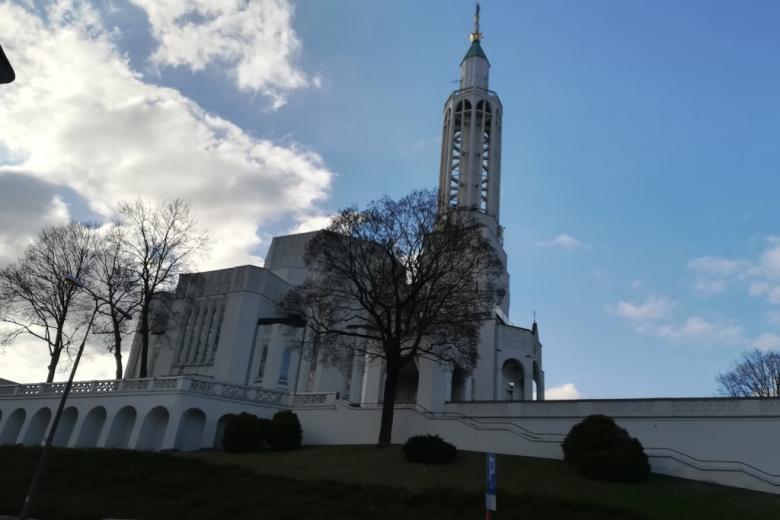 Duży biały kościół