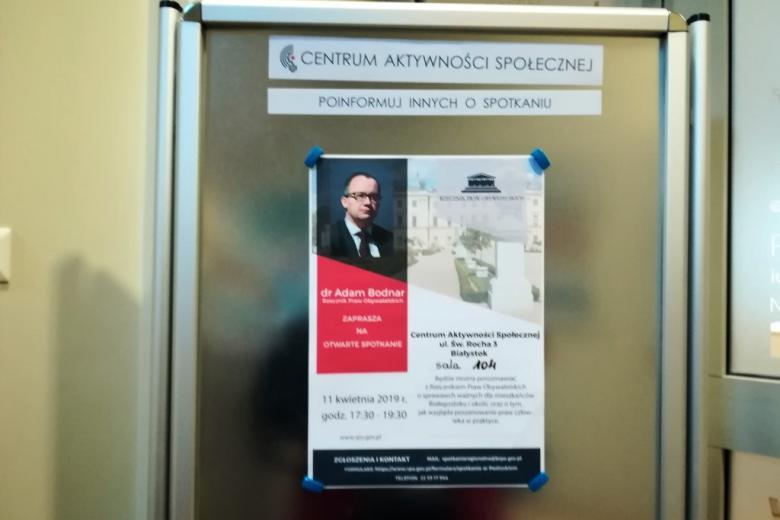 Tablica z plakatem zapowiadającym spotkanie z RPO