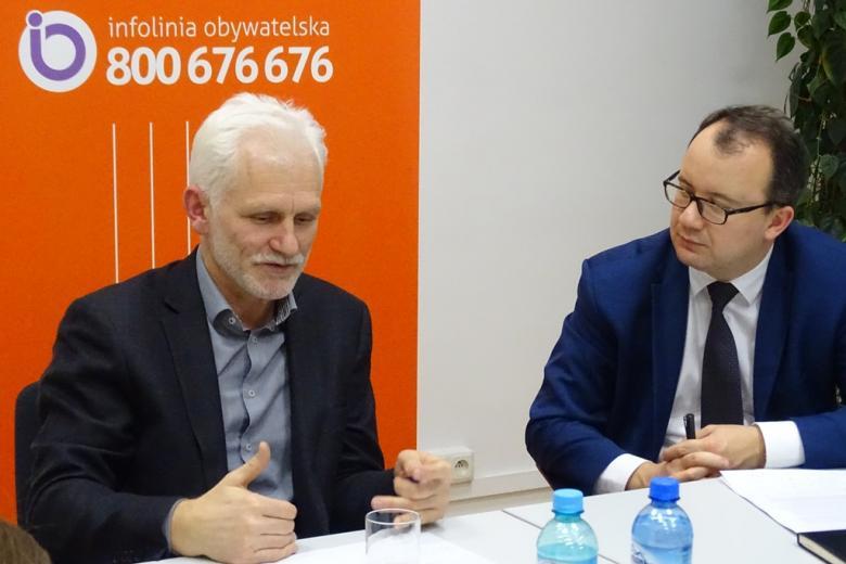 Zdjęcie: dwaj mężczyźni przy stole na tle loga RPO