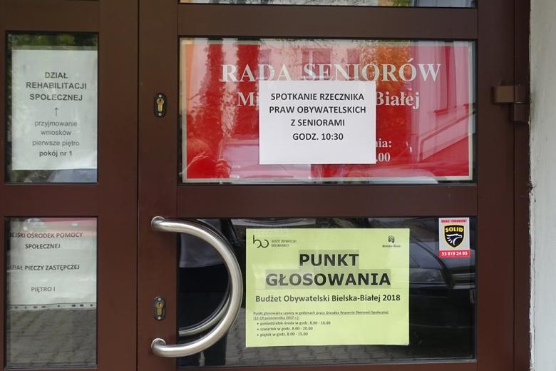 Ogłoaszenie na drzwiach. Rada seniorów, spotkanie z RPO