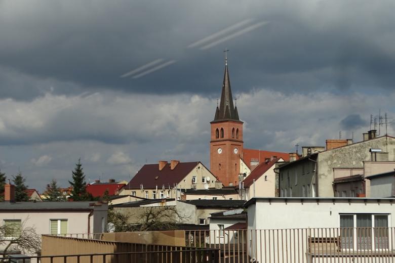 Widok na miasto z ceglanym kościołem