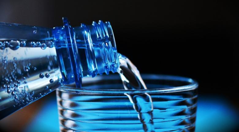 Nalewanie napoju z butelki do szkolanki