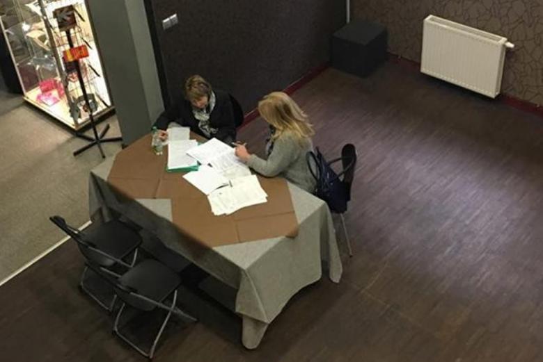 Zdjęcie: dwie kobiety przy stoliku i dokumenty