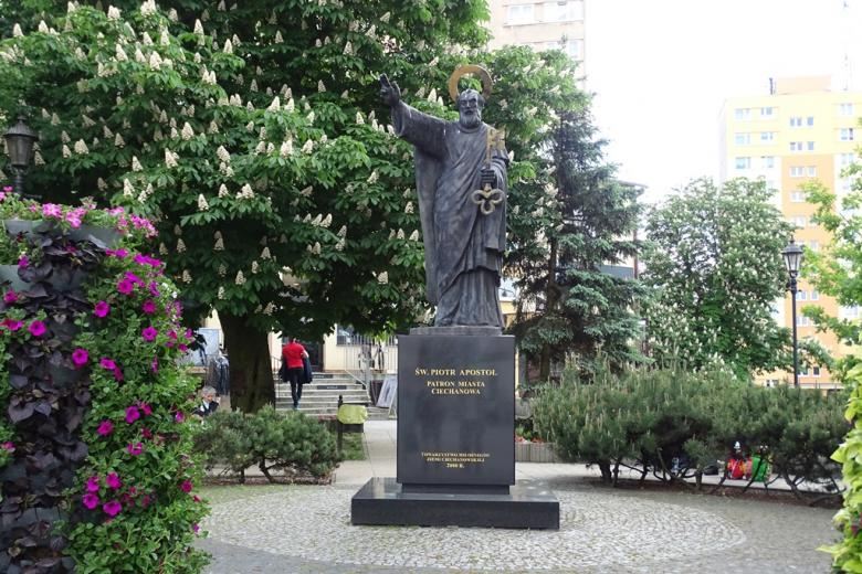 Pomnik świętego z kluczem, kwitnące kasztany i bloki