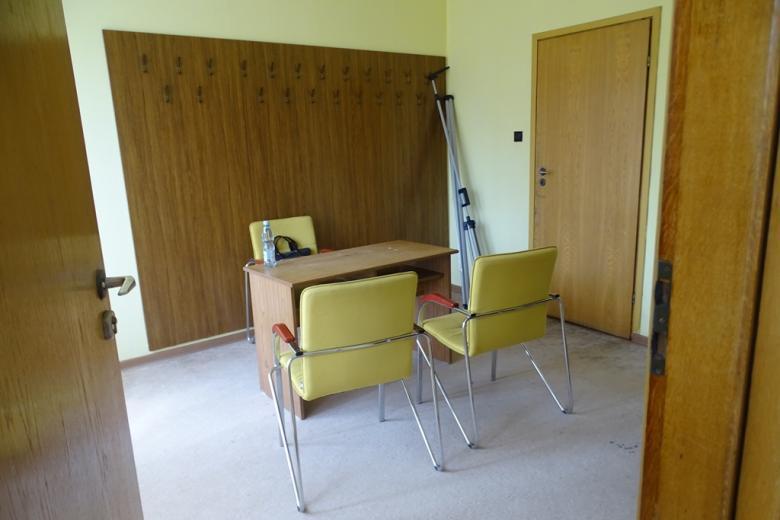 Pokój z małym stolikiem i trzema krzesłami