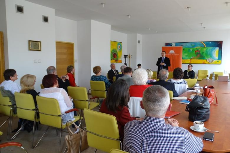 Ludzie na sali, żółte krzesła