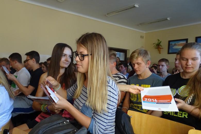 Zdjęcie: młodzi ludzie dzielą się ulotkami
