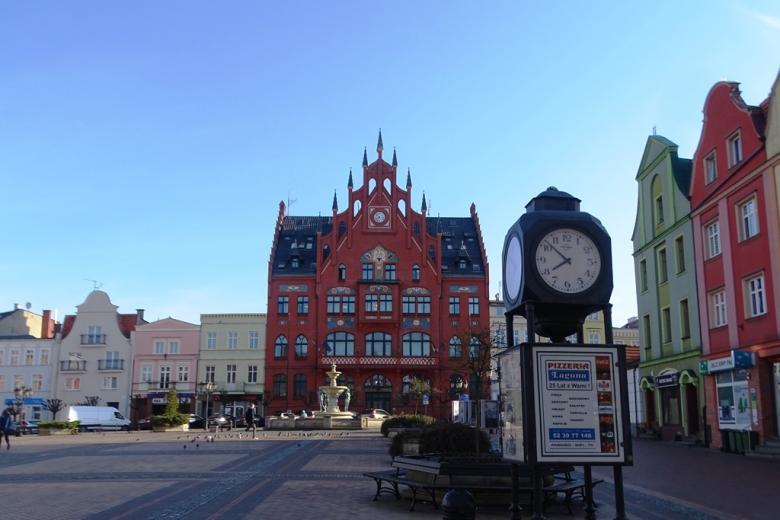 Rynek z ratuszem, zegar pokazuje godz., 7:50 rano