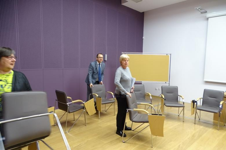 Ludzie przenoszą krzesła