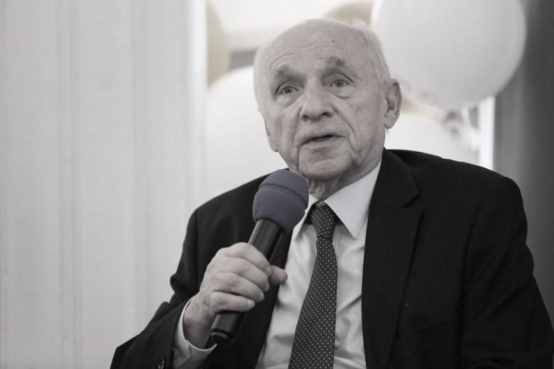zdjęcie: mężczyzna w garniturze mówi do mikrofonu