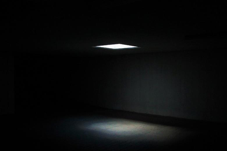 Ciemne pomieszczenie oświetlone od góry