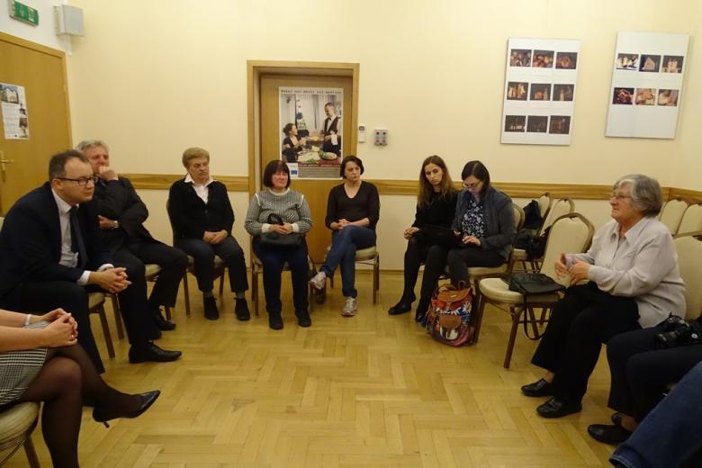 Zdjęcie: ludzie rozmawiają na sali
