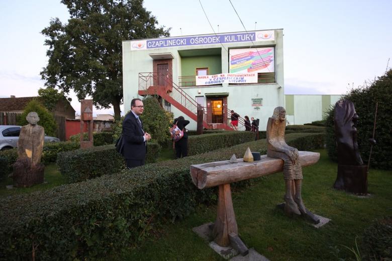 Ludzie wchodzą do budynku z napisem Czaplinecki Ośrodek Kultury