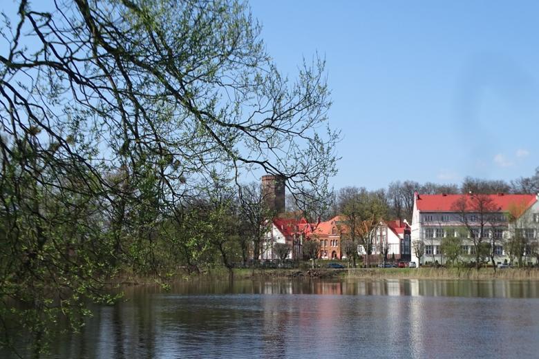 Miasto nad jeziorem wczesną wiosną