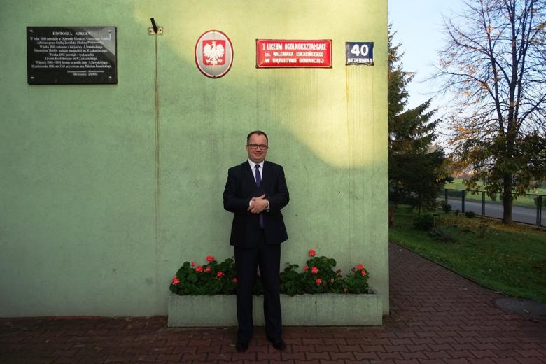 Mężczyzna przed szkołą