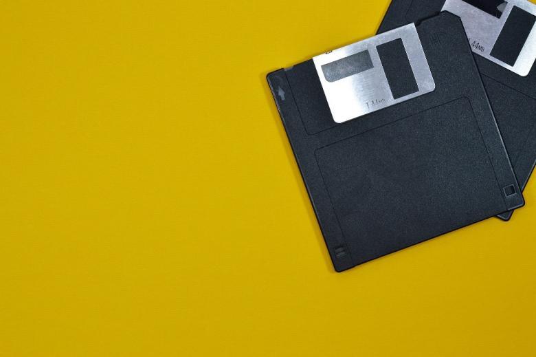 Dwie stare dyskietki komputerowe