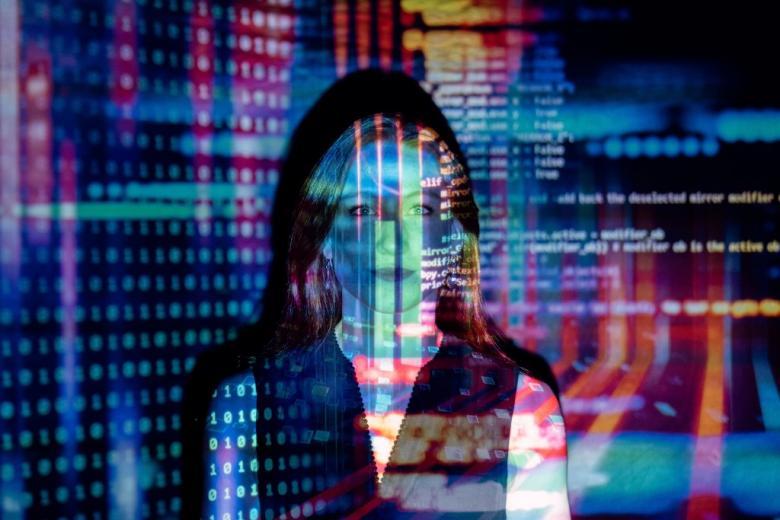 kobieta z widokiem cyfrowych danych na twarzy