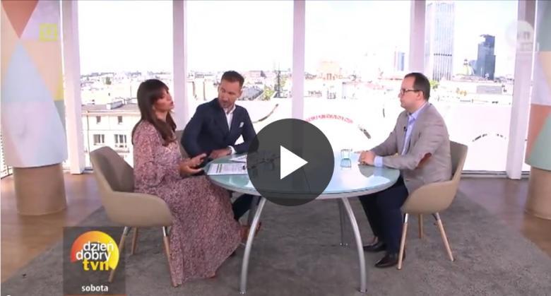 zdjęcie: przy okrągłym stole siedzą dwaj mężczyźni i jedna kobieta