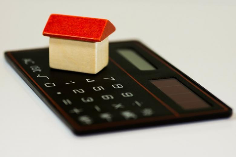 Kalkulator i drewniany domek-zabawka