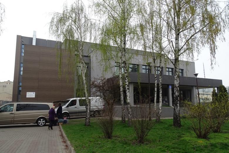 Nowoczesny budynek, młoda zieleń