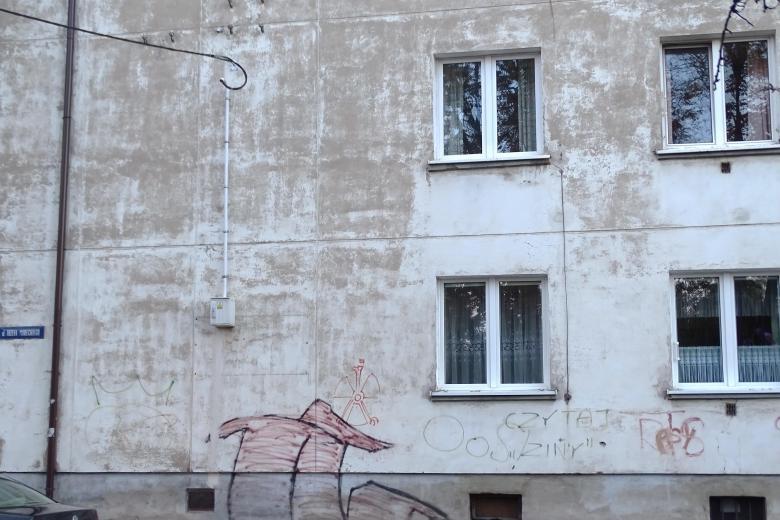 Blok mieszkalny z grafitti na ścianie