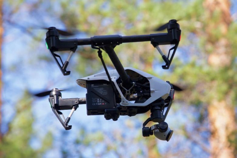 Dron z kamerą