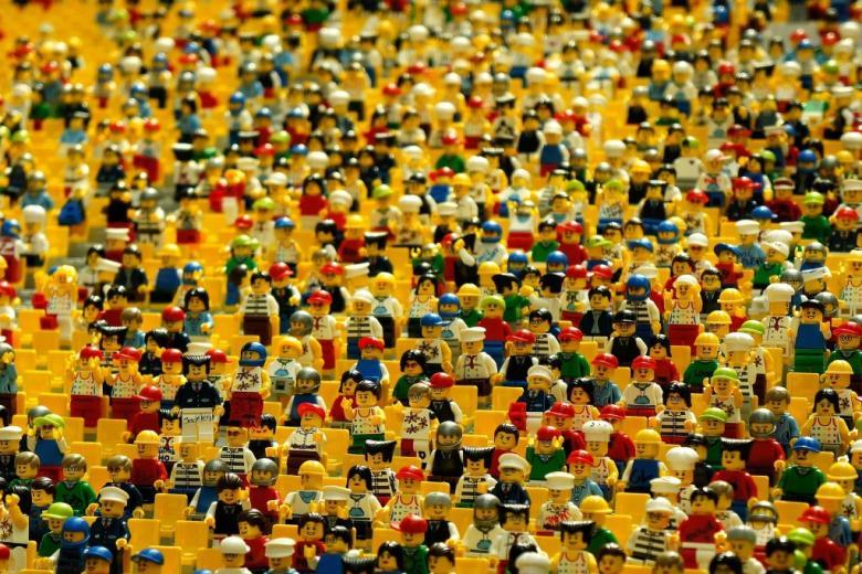 Mnóstwo małych plastikowych figurek ludzików LEGO