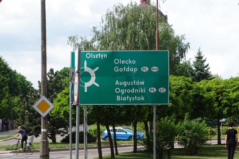 Drogowskaz przy rondzie z kierunkami do polskich miast, na Litwę i do Rosji