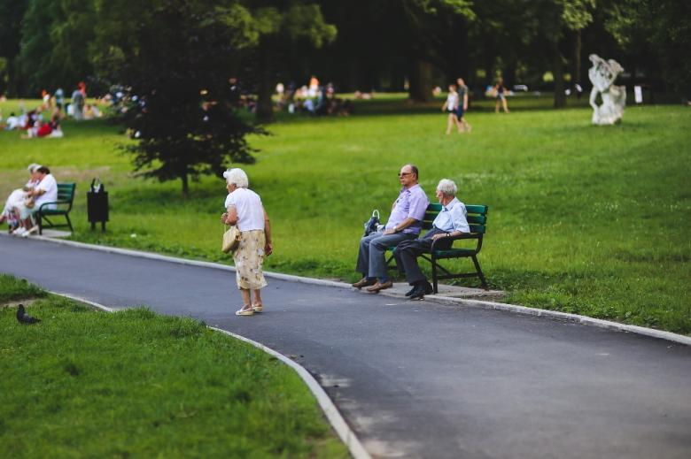 Starsze osoby w parku