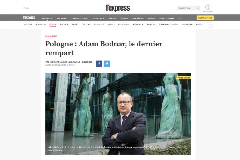 Screen z serwisu interentowego: Francuski tytuł i zdjęcie mężczyzny (Adama Bodnara) przez zielonym budynkiem (Sądu Najwyższego w Warszawie)