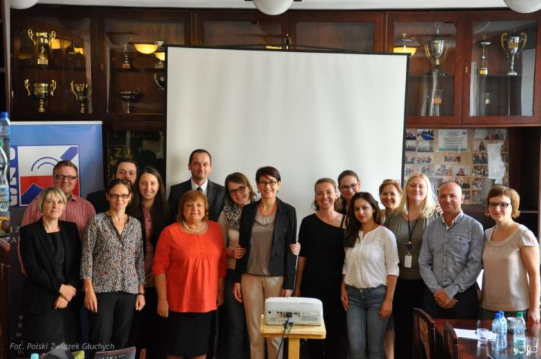 Na zdjęciu uczestnicy seminarium podczas wizyty w siedzibie Polskiego Związku Głuchych, fot. PZG
